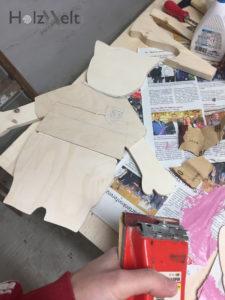 Die Einzelteile der Holzfigur schleifen